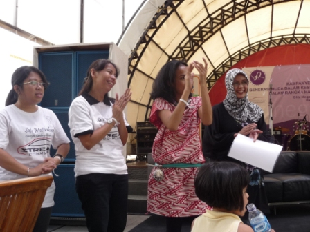 every-participats-wearing-white-ribbon-in-their-hands